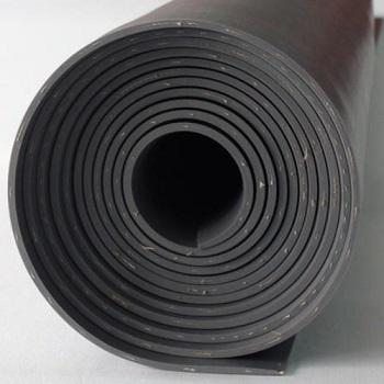 Резиновый лист закрепляют с тканью